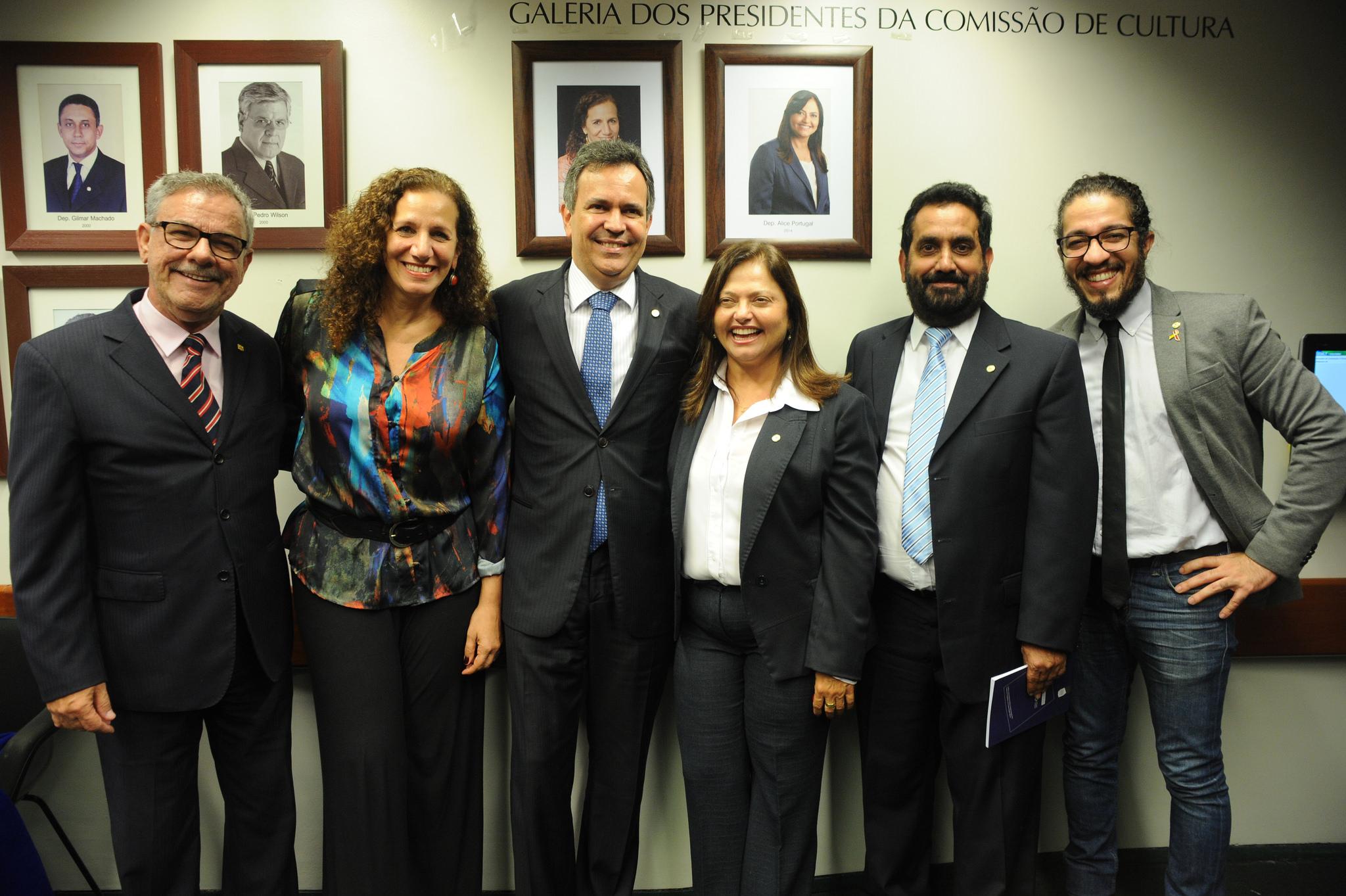 Deputado Félix Mendonça posa para foto, no dia da posse, com as ex-presidentas e demais integrantes da Comissão na inauguração da galeria de ex-presidentes