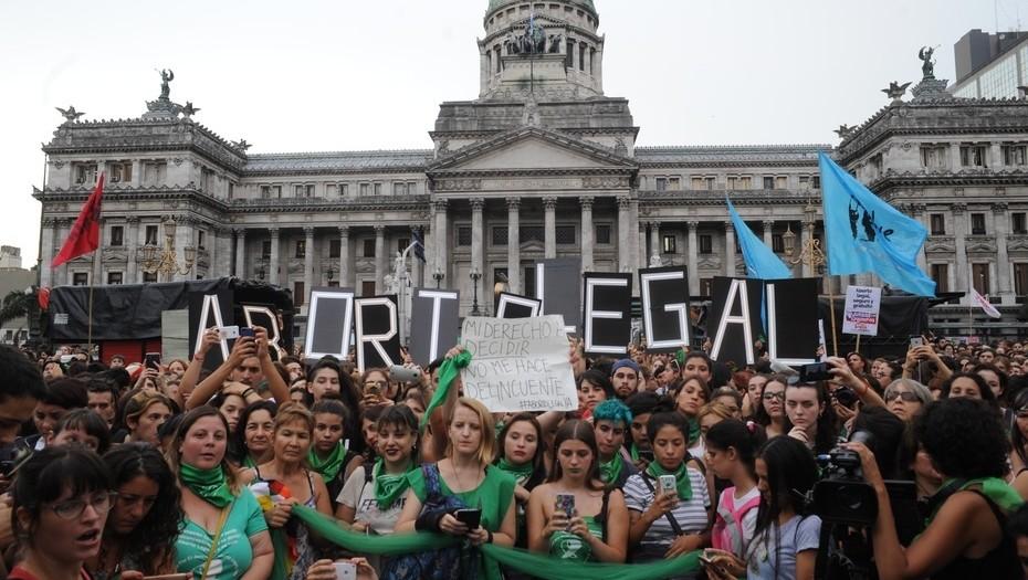 Mujeres Frente al Parlamento argentino defenden el derecho al aborto legal foto: Clarin por Rolando Andrade