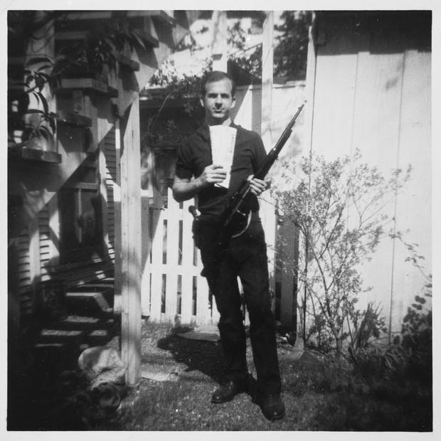 Lee harvey oswald com rifle
